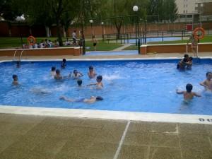 Alumnos Lecop jugando en la piscina