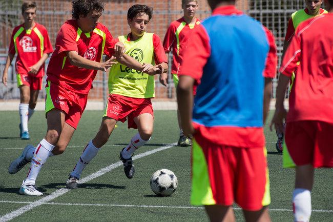 campus_futbol_lecop_alumnos_luchando_por_un_balon