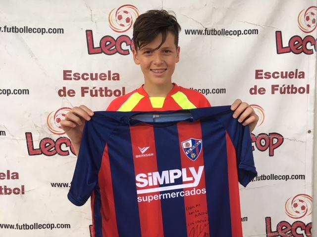 nacho_alumno_lecop_ganador_sorteo_SD_Huesca_firmada