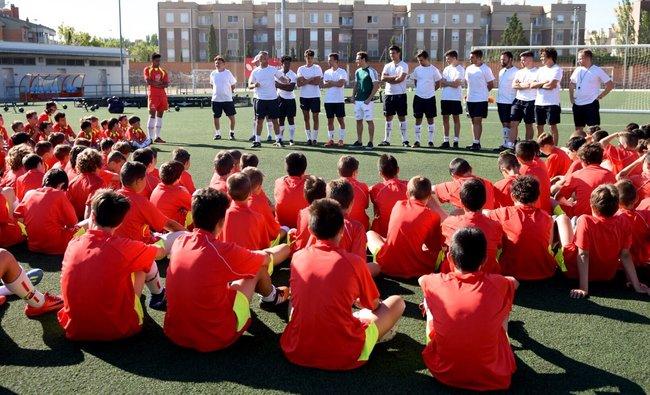 alumnos_atentos_a_la_charla_de_daniel_lasure