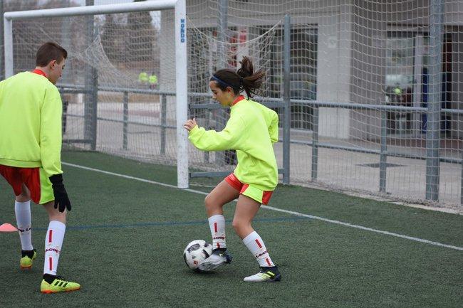 alumna_campus_futbol_semana_santa_zaragoza_trabajando_regate_contra_un_adversario