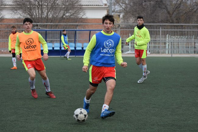 alumno_campus_futbol_semana_santa_zaragoza_realizando_pase