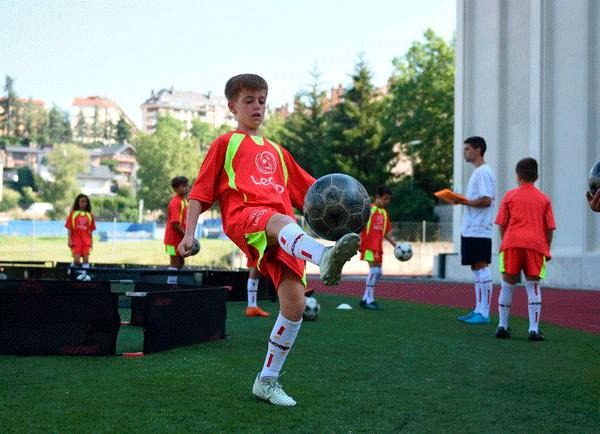 alumno_campus_futbol_en_jaca_realiza_control