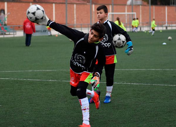 alumno_campus_futbol_semana_santa_lanzando