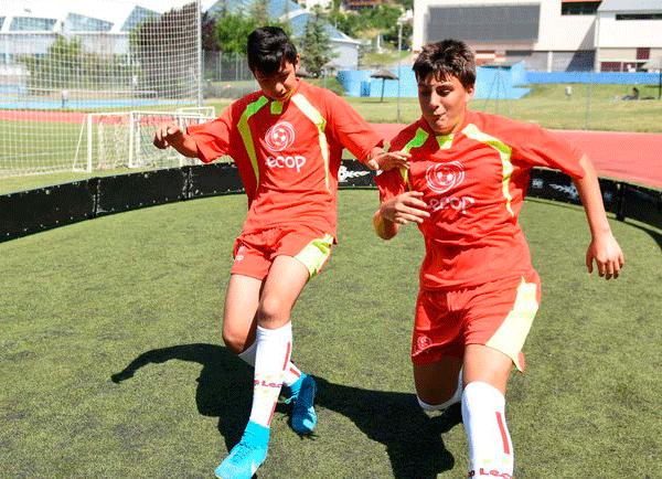 alumnos_campus_futbol_en_jaca_en_pista_1x1