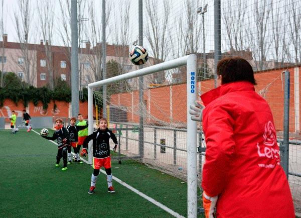 alumnos_campus_futbol_porteros_zaragoza_trabajando