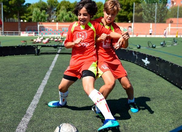 alumnos_campus_verano_futbol_jugando_pista1x1
