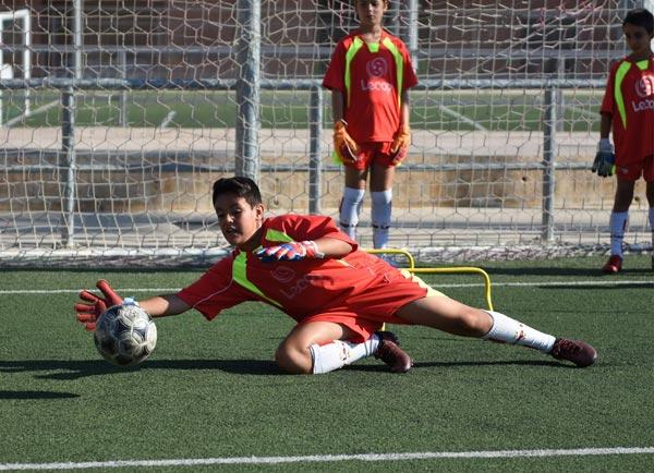 alumno_futbol_lecop_portero_parando_guantes