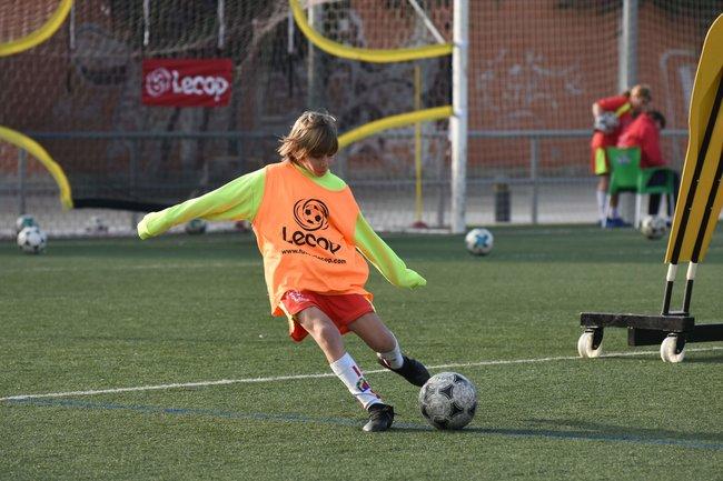 alumno_campus_futbol_semana_santa_zaragoza_realizando_ejercicio_de_tiro