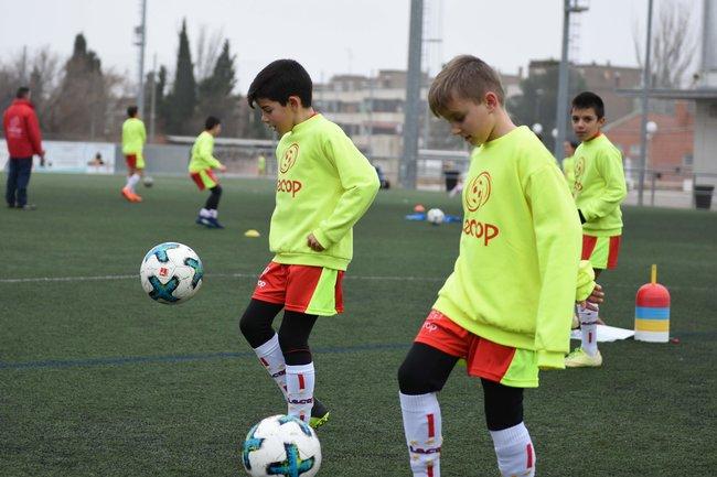 alumnos_campus_futbol_semana_santa_zaragoza_realizando_ejercicios_de_control