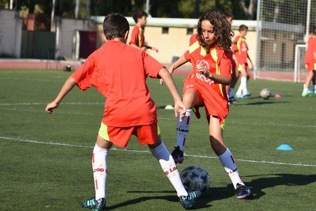 alumna_campus_futbol_en_jaca_realiza_regate