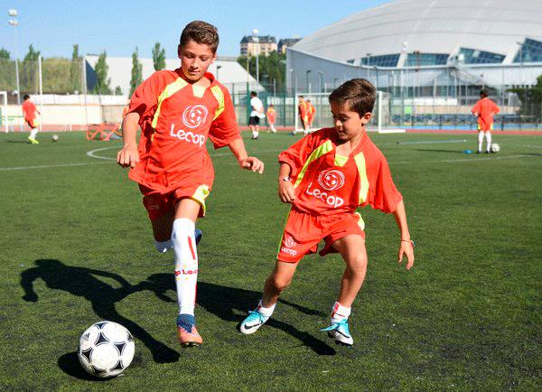 alumnos_campus_futbol_en_jaca_disputan_el_balon