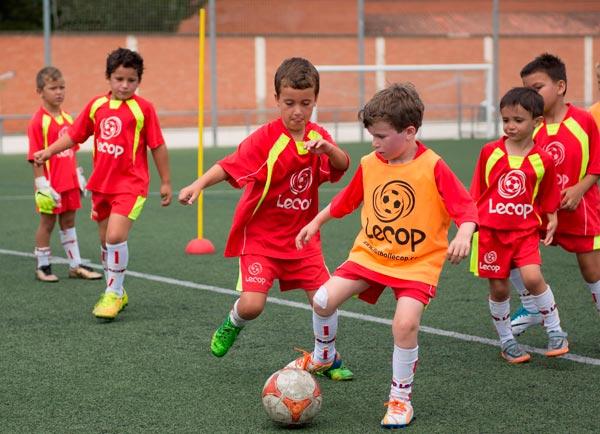 alumnos_campus_futbol_lecop_jugando