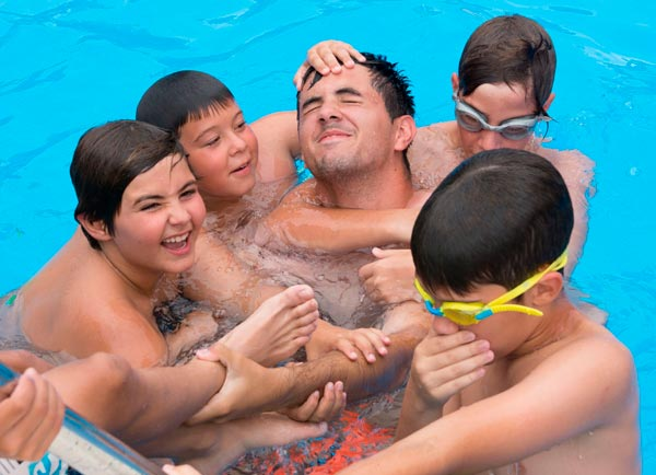 alumnos_campus_futbol_lecop_piscina
