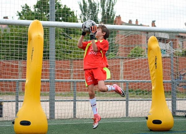 alumno_futbol_lecop_portero_parando
