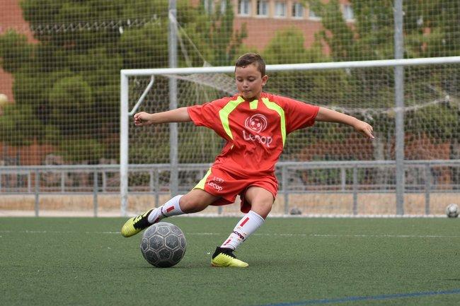 alumno_escuela_de_futbol_en_zaragoza_trabajando_tiro