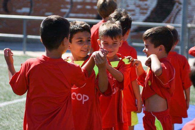 alumnos_escuela_de_futbol_en_zaragoza_trabajando_en_equipo