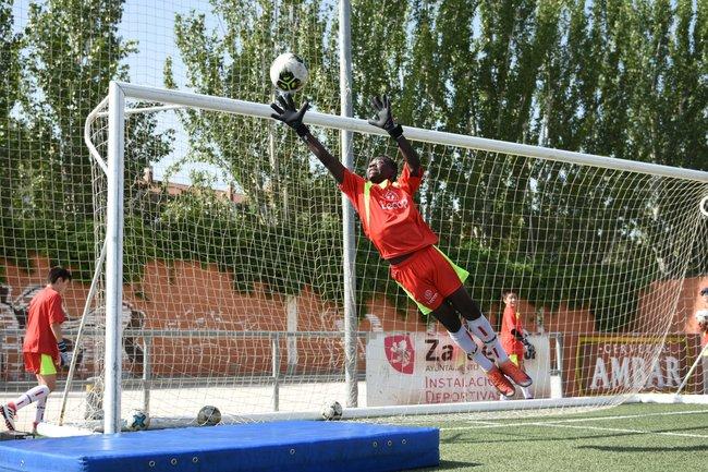 portero_escuela_de_futbol_en_zaragoza_realizando_ejercicio